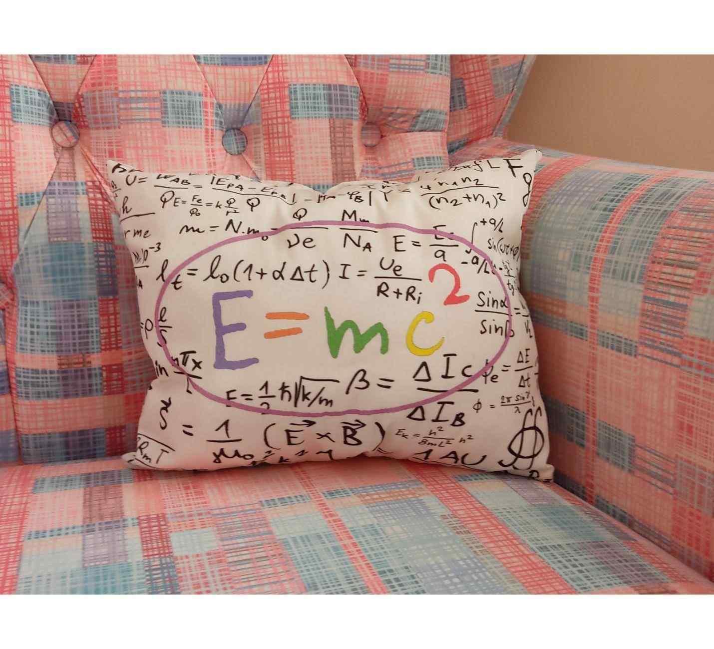 Emc2 Tasarımlı Yastık
